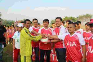 Mohammad Rizki Wardhani, Manajer Event and Sponsorhsip PT AIA FINANCIAL (AIA) (kanan)&Indra Sjafri, Pelatih Timnas U19 (tengah) melakukan penyerahan simbolis donasi
