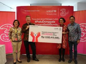 Dolly Susanto, Chief Commercial Officer 3 Indonesia menyerahkan donasi Rp 1.5 miliar kepada UNICEF dan diterima oleh Gregor Henneka, Chief Private Sector Fundraising & Partnership di Jakarta.