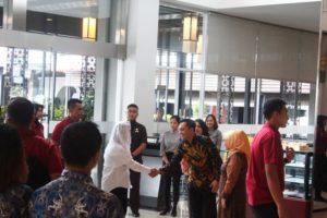 Ibu Iriana disambut oleh Jerry Rolando Sirait selaku General Manager, (25/1), Aston Imperial Bekasi Hotel & Conference Center Dok. Aston Imperial